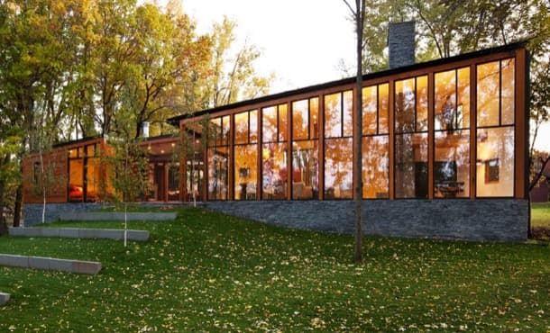 Casa aislada junto al lago Farquar con techos muy altos y grandes ventanas Esta vivienda unifamiliar se construyó en Apple Valley (Minnesota EE.UU.). Está en una parcela con forma de trozo de tarta dentro de una urbanización residencial. El proyecto consistió en crear una casa aislada junto al lago Farquar y hacer que estuviera muy conectada visualmente con él.  La Residencia Farquar Lake destaca por tener una zona de vida organizada con espacios semi-abiertos y con mucha altura libre…