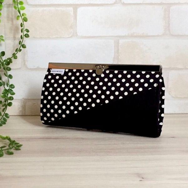 黒白ドット柄×黒オックス生地を合わせたデザインの長財布です。内布にも黒白で統一しました。直線口金はシルバーを使用しました。カードは12枚収納可能。ファスナー開閉でのコインケース1つ。お札入れには仕切りを付けました。●カラー:黒・白・グレー●サイズ:縦10.5㎝  横19.5cm●素材:オックス生地・綿生地・金具●注意事項:ハンドメイドの為、至らない所もあるかと思いますが、風合いとして楽しんで頂ければ幸いです。商品の色は、ディスプレイやモニターなどによって差異が生じることがあります。ハンドメイド品をご理解いただけない方、または、神経質な方は、申し訳ありませんが ご購入をお控え下さいますようお願い致します。●作家名:reco*reco#モノクロ #モノトーン #口折れ金具タイプ #ファスナー #ジップ #財布 #長財布 #布雑貨 #カード入れ #小銭入れ #通帳入れ #ロングウォレット #布製 #薄いのにたくさん入る #スマート #ロングタイプ #かわいい #大人可愛い #おしゃれ #個性的 #レディース #多機能 #仕切り #収納力抜群 #ミニクラッチバッグ #大容量 #母の日…