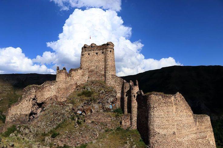 """Urartular  zamanında  yapıldığı  tahmin  edilen  """"Şeytan  Kalesi""""... Yer:  Ardahan'ın  Çıldır  ilçesinde  Karaçay  Kanyonu ortasındaki  kayalıkların  zirvesi"""