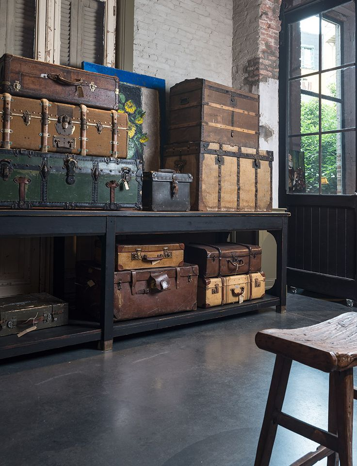 Authentieke, oude koffers in verscheidene kleuren en formaten - Old, authentic suitcases in several colours and sizes -
