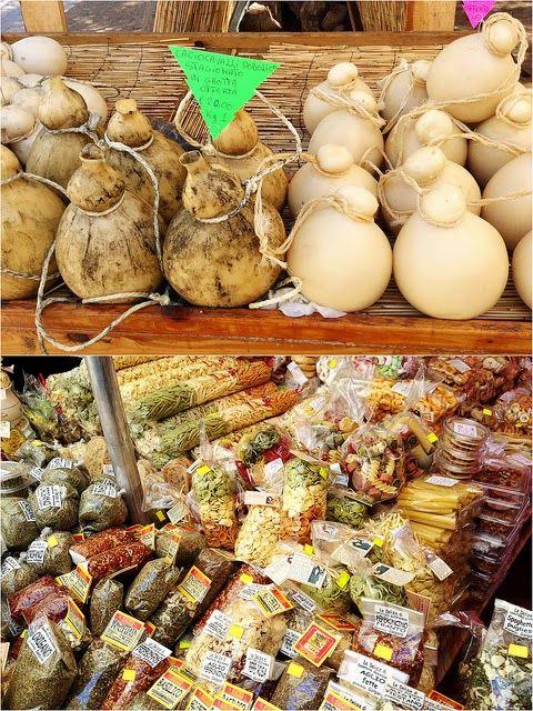 Caciocavallo podolico, pâtes et origan au marché de Vieste (Pouilles)