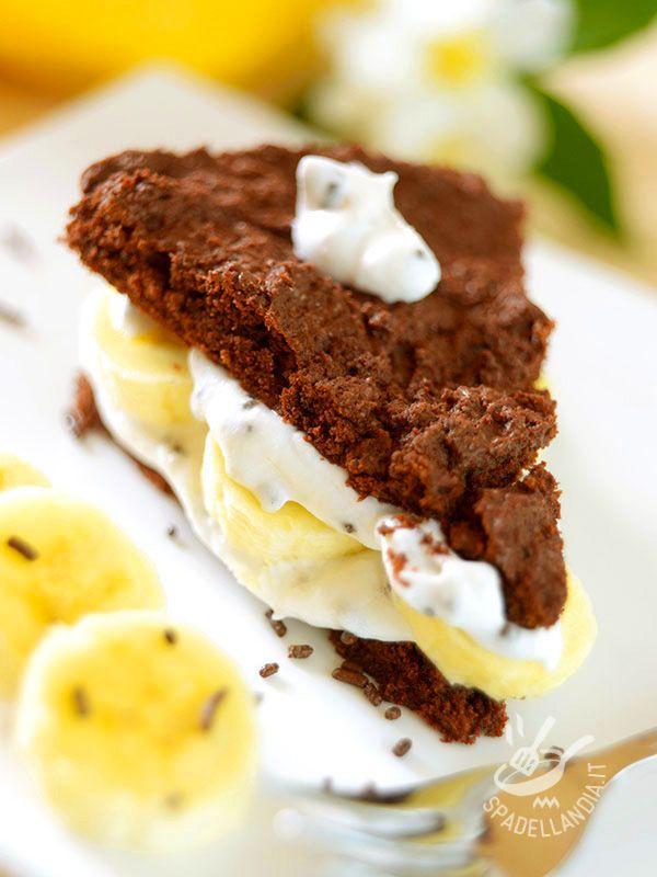 Chocolate cake and banana cream - Difficile resistere a una fetta di Torta al cioccolato, banane e panna. Piace a tutti ed è graditissima ai bambini, che ne vanno davvero ghiotti.