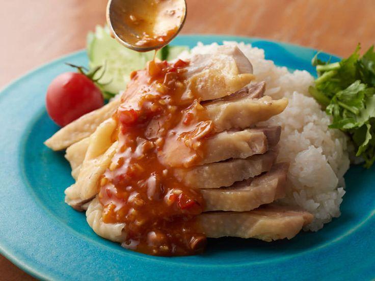 タイに本店を構える「マンゴツリー」のシェフに、カオマンガイの絶品レシピを教えてもらいました。日本でも専門店ができるほど人気沸騰中のカオマンガイ。しっとりとしたゆで鶏と相性抜群の辛い「特製だれ」は、感動モノの美味しさです。