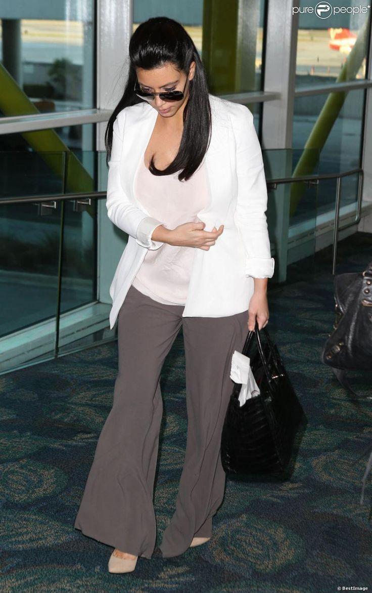 Kim Kardashian, enceinte, arrive à l'aéroport de Miami, le 6 janvier 2013. La star de la télé-réalité dévoile les premiers signes de sa grossesse. La star est toujours aussi bien habillée.