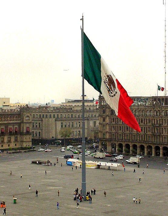Nuestra hermosa bandera imponente en El Zócalo de la Ciudad de México, D.F. Mexico