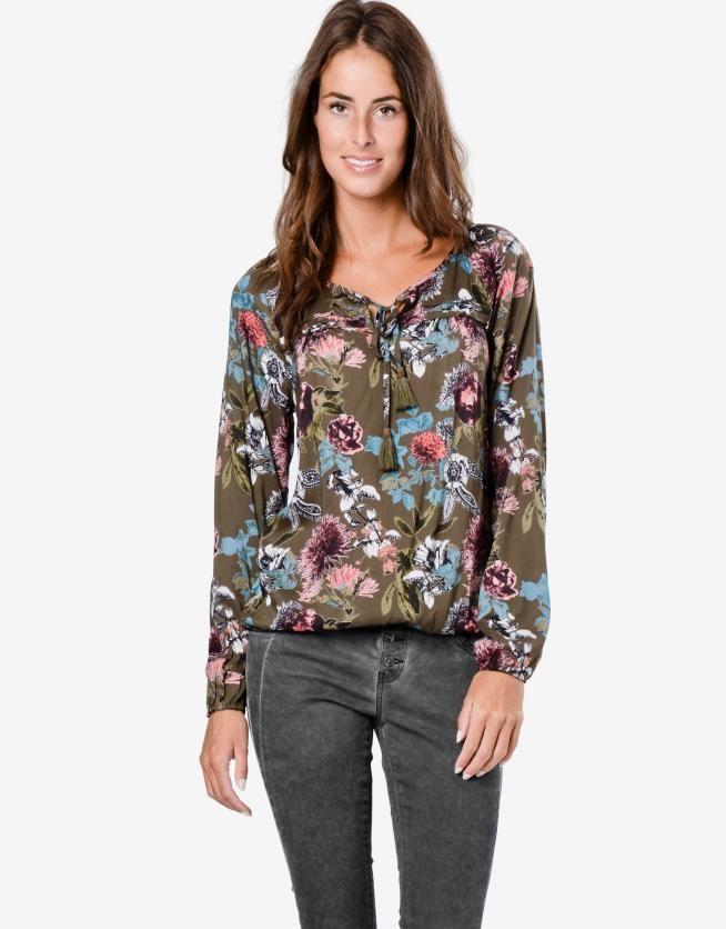 Wat een leuke blouse, dun en met een mooie print, perfect voor de lente en zomer dus! EN ook nog eens in de uitverkoop!! #mode #dames #blouse #trui #bloemen #print #women #fashion #floral #shirt #sale