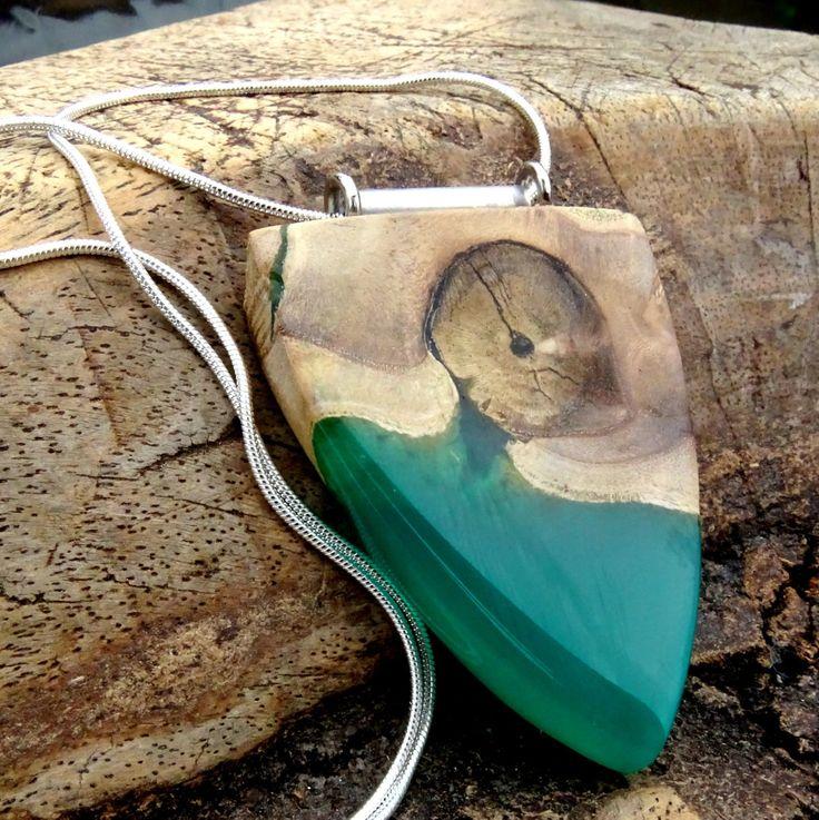 Hout met groene epoxy hanger, hars/houten ketting, epoxyhars, hout/resin sieraden, houtenhanger, hout en hars, handgemaakte sieraden door anneliesjewels op Etsy
