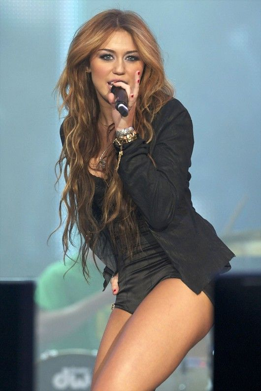 miley cyrus long wavy hair 2010