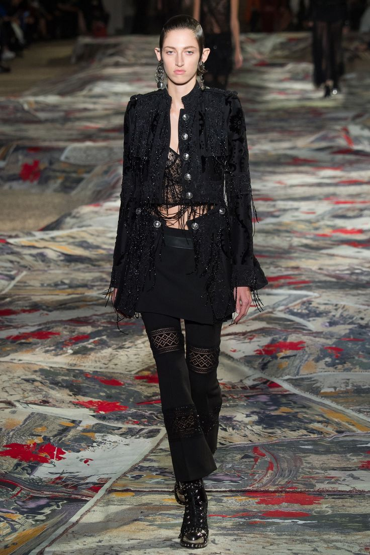 Alexander McQueen Spring 2017 Ready-to-Wear Fashion Show - Amber Witcomb