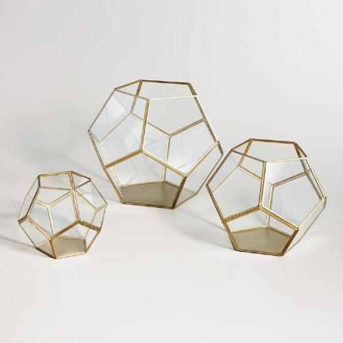 With panes of glass set against a metal frame, our faceted brass terrarium is an eye-catching display case or home for your terrarium plant. Use our moss filler and white ledge rocks for added natural appeal.