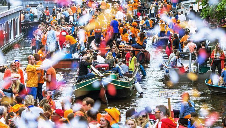 In #Olanda fervono i preparativi per il #KingsDay, la festa nazionale più amata dell'anno Photo by Cris Toala Olivares  #amsterdam #vitadaexpat