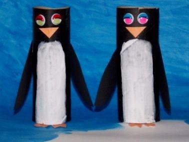 Очень простую поделку пингвинов можно сделать из рулонов от туалетной бумаги и цветной бумаги.