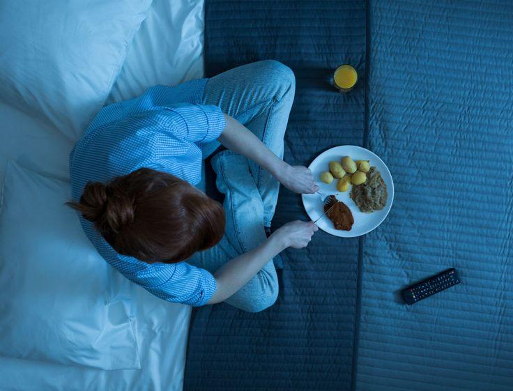 Longues journées de travail, bain des enfants après l'école, verre entre amis, il n'est pas rare que nous passions à table alors que la nuit est tombée depuis longtemps ! Selon une étude menée par des chercheurs de l'école de médecine de l'Université de Pennsylvanie, ces repas et grignotages tardifs ne seraient pas sans risque pour notre santé. Ils augmenteraient même de manière significative le risque de développer un diabète ou des problèmes cardiovasculaires sur le long terme. Manger tard…