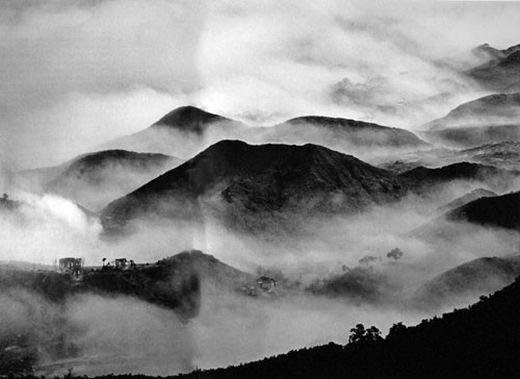 """""""Συννεφιά ή ομίχλη συνοδεύουν τα επιβλητικά τοπία των ηπειρώτικων βουνών"""" με πανύψηλες κορφές, βαθιές χαράδρες και απότομες βουνοπλαγιές, που του δίνουν μια σπάνια φυσική ομορφιά και υποβλητική στιβαρότητα"""" (φωτογραφία: Κώστας Μπαλάφας) ."""