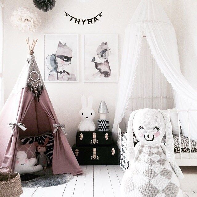 I love the color that they added to a black and white room! Great idea for Ayla's space<3