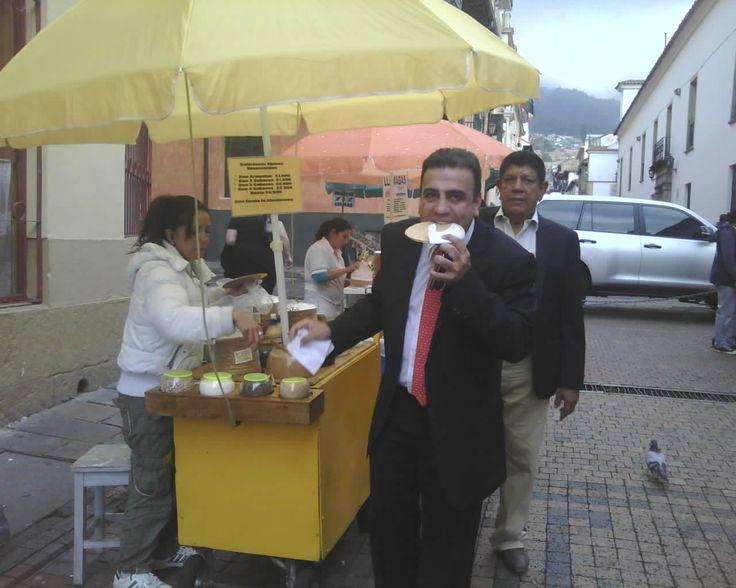 Como cualquier provinciano el senador cordobés Musa Besaile Fayad (foto SmartPhone TNN@) se untó de dulce con oblea callejera rumbo al Capitolio Nacional.