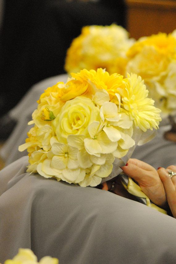 Love the grouping style of this monochromatic bouquet. Emphasis on texture...