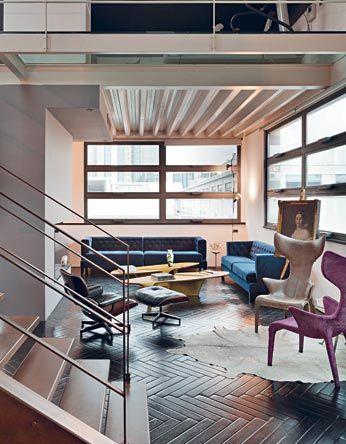 Il living aperto sulla zona d'ingresso e caratterizzato da ampie finestre di sapore industriale. Imbottiti Hall di Rodolfo Dordoni, tavolini...