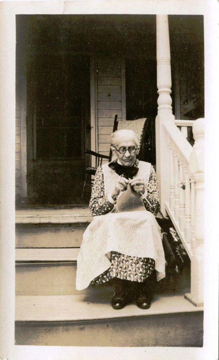 Details about ELDERLY WOMAN KNITTING SITTING ON PORCH STEPS & ORIGINAL VINTAGE…
