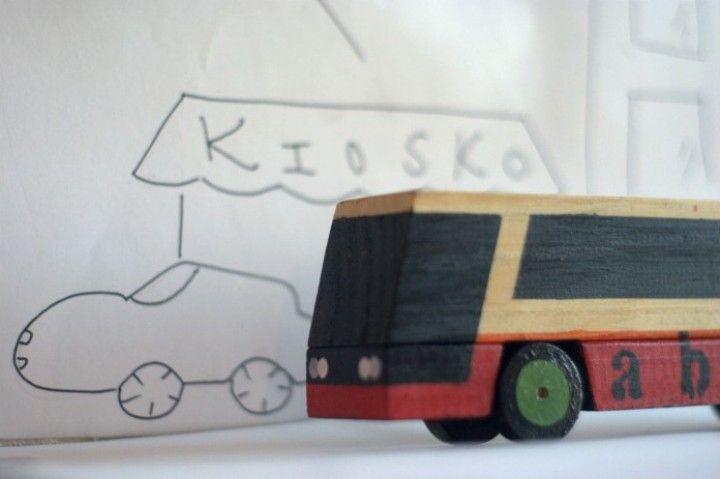 Omnibus de madera de descarte | MercadoLimbo.com  Un medio de transporte tan usado como los micros no podia faltar en los diseños que hago para el disfrute de los mas pequeños. Todos esto juguetes tambien pueden servir como decoración. La ambientación y fotografías son de mi amiga Eliana Acosta.