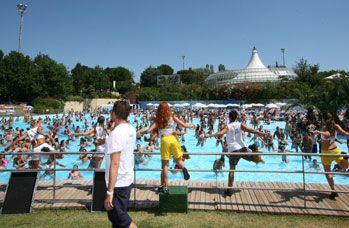 Aquafan Riccione: divertimento e ginnastica in piscina con i bravissimi animatori del parco acquatico più famoso d'Italia