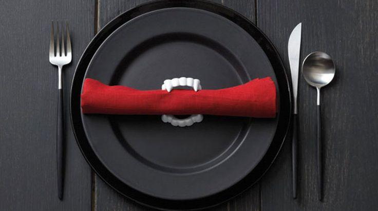 Gör snyggaste Halloweendukningen med vampyrtänder som servetthållare.