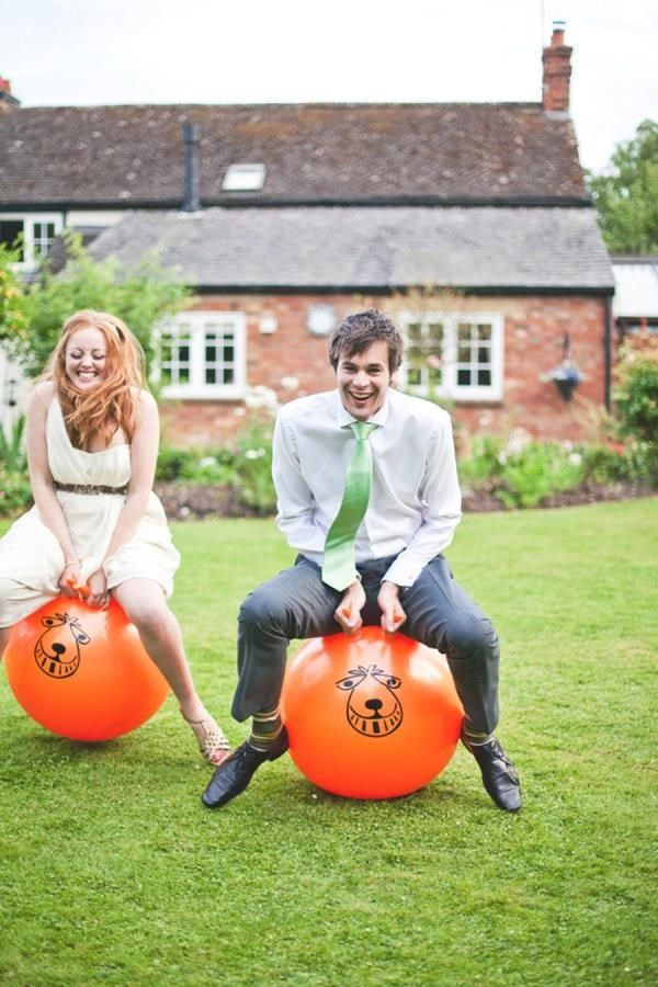 The best wedding lawn games. Read more - http://www.hummingheartstrings.de/?p=11463 Photo: Shell de Mar Photography