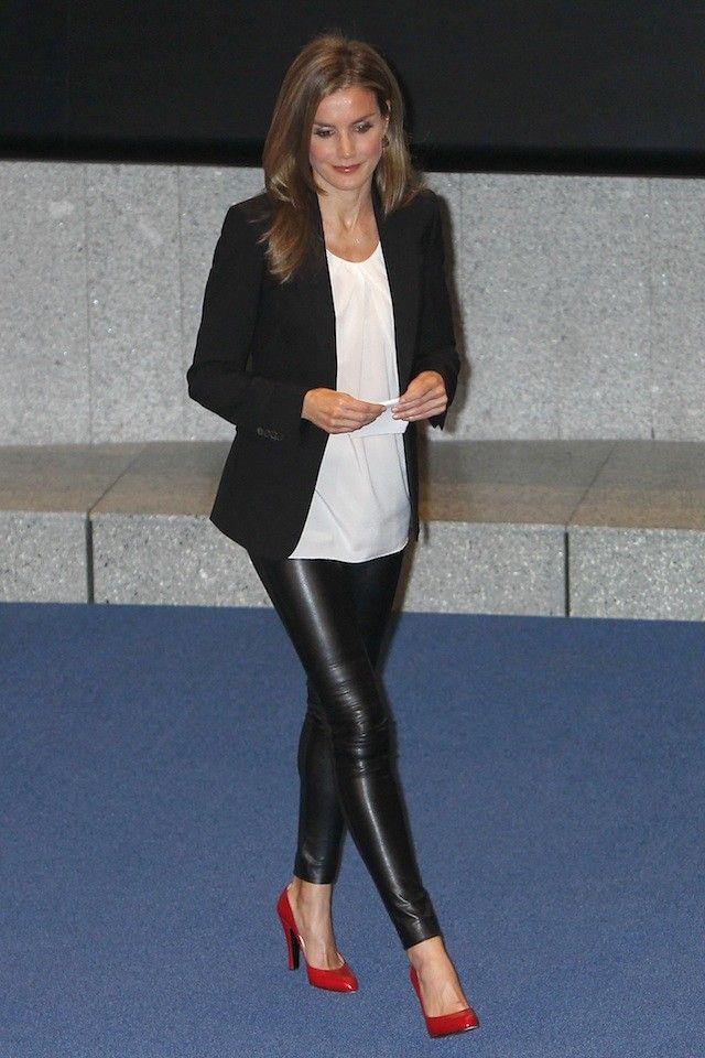 La princesa Letizia se atreve con unos leggins de vinilo
