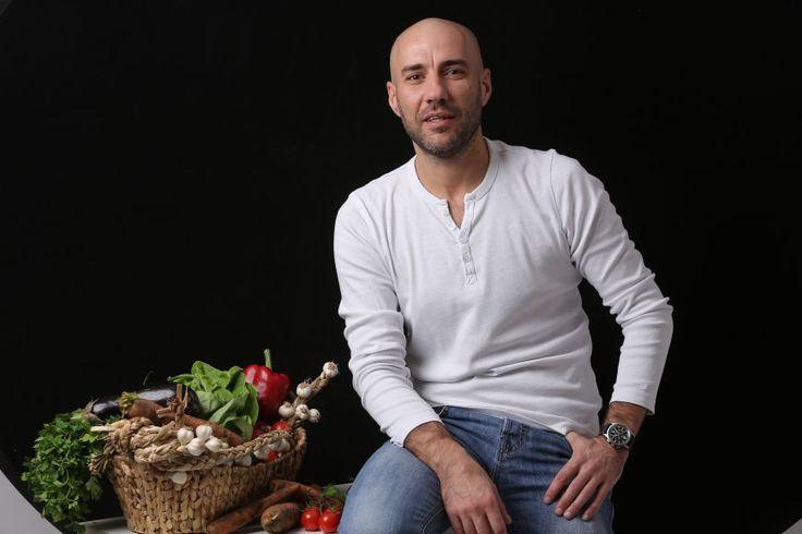 In bucatarie cu Radu Dumitrescu, aka Cookatar. Invata sa gatesti midii cu branza de capra, zargan la cuptor cu portocale si un desert cu capsuni delicios - www.foodstory.ro