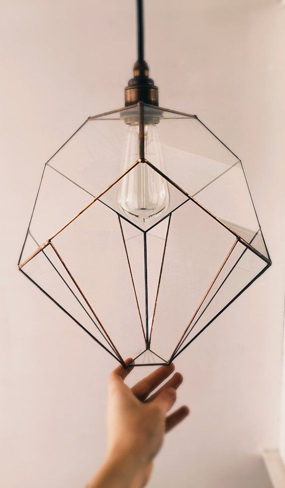 Luminaire suspension geometric faceted glass atmosphere. Light bulb Edison.
