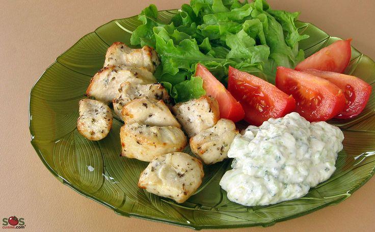 On peut faire des « souvlaki » de toutes sortes de viandes, qu'il faut mariner d'abord dans un mélange d'huile, de jus de citron et d'origan, griller ensuite, et servir enfin avec la sauce « tzatziki ». Il s'agit du mets grec par excellence.