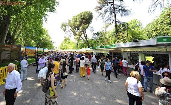 Una 'youtuber' consigue la cola más larga en la Feria del Libro de Madrid