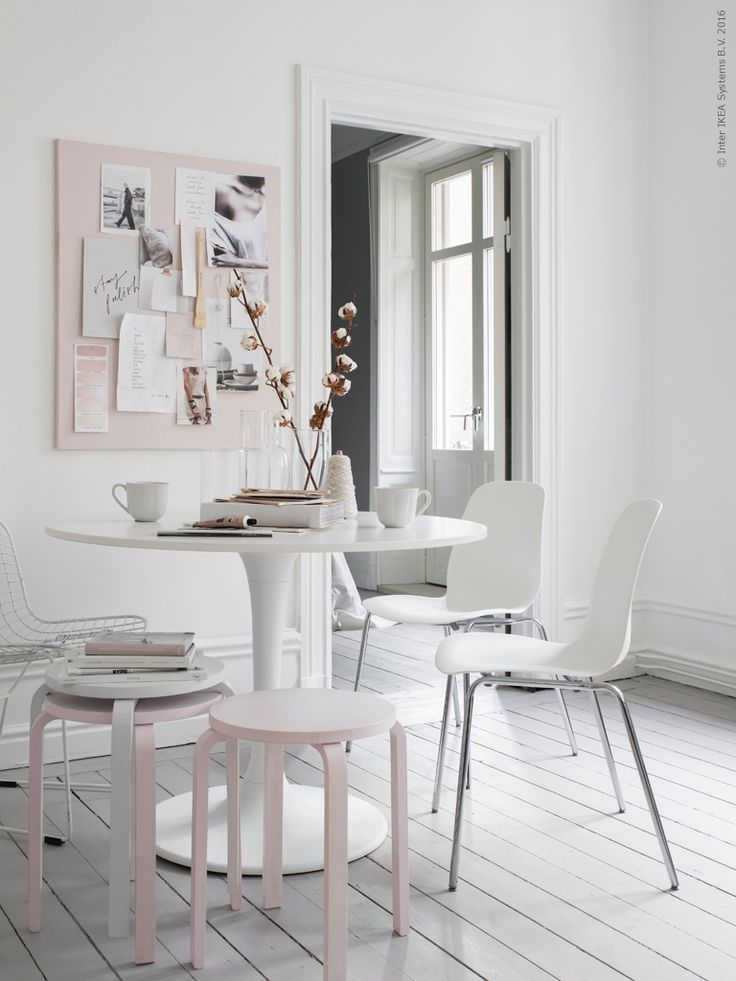 Favoritbordet DOCKSTA står gärna i centrum, omgiven av mixade stolar och pallar. LEIFARNE stol på kromade ben kombineras med FROSTA pallar som målats i vitt och rosa. Ett bra tips när du är sugen på att följa rådande färgtrender! Måla enstaka möbler och detaljer, snabbt och enkelt. På väggen har vi samlat vårens inspirationsbilder på en uppspänd målarduk som vi rollat med samma färg.