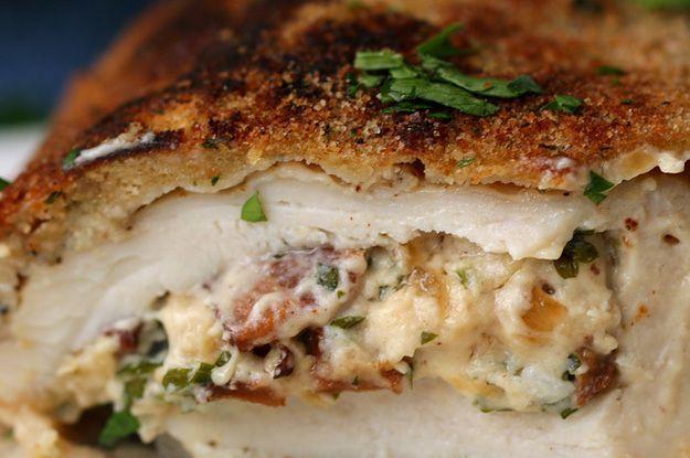 Impressione com este frango à milanesa recheado com bacon cremoso