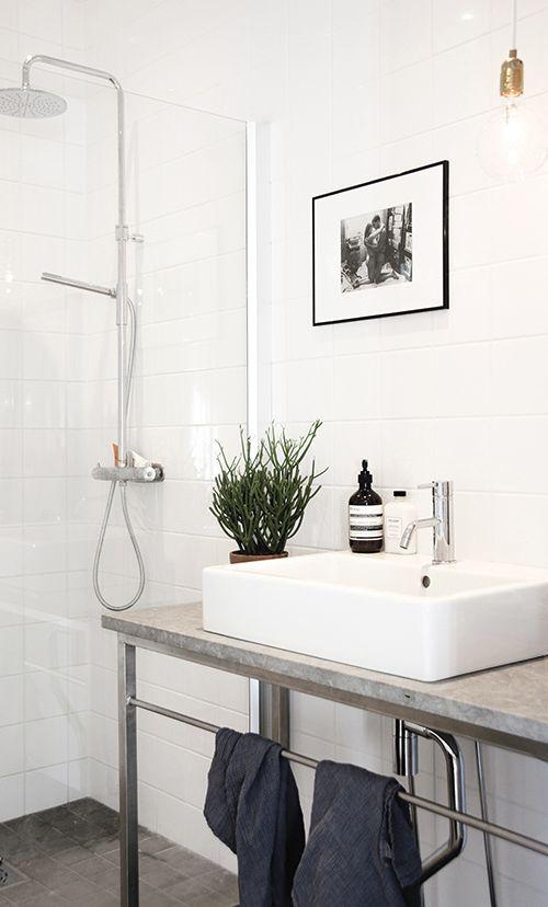 Nu står det klart, vårt duschrum på nedervåningen.  Vi är så himla nöjda med gotländsk kalksten, enkelt kakel och kaktusar.  PUSS  Ida