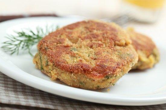Cucinare un burger salutare con la quinoa, i semi di sesamo e i fagioli cannellini.