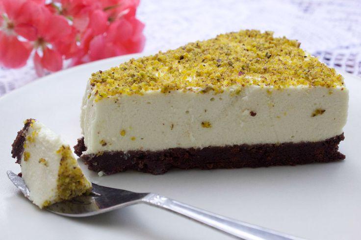 Se vi piacciono i dolci cremosi e amate il pistacchio, dovete assolutamente provare questa ricetta della cheesecake al pistacchio senza cottura.
