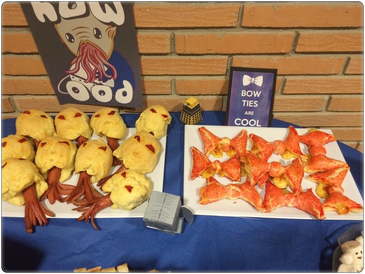 Pajaritas de hojaldre y Oods de perrito caliente. Hotdog Oods and bowties made of puff pastry. Doctor Who Party.