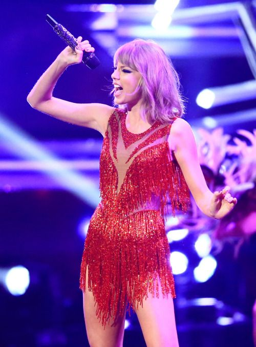 This is Taylor's signature pose every time she hits a high note