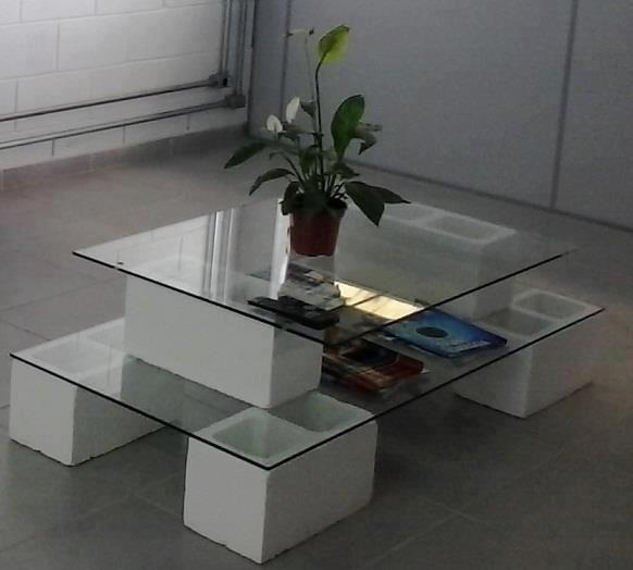 mesa rustica con block hueco pintado de color blanco en aerosol... y para darle un toque elegante cristal