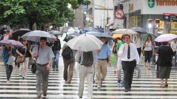 Meteorología activa la alerta amarilla por lluvias y naranja por fenómenos costeros el sábado en la Región