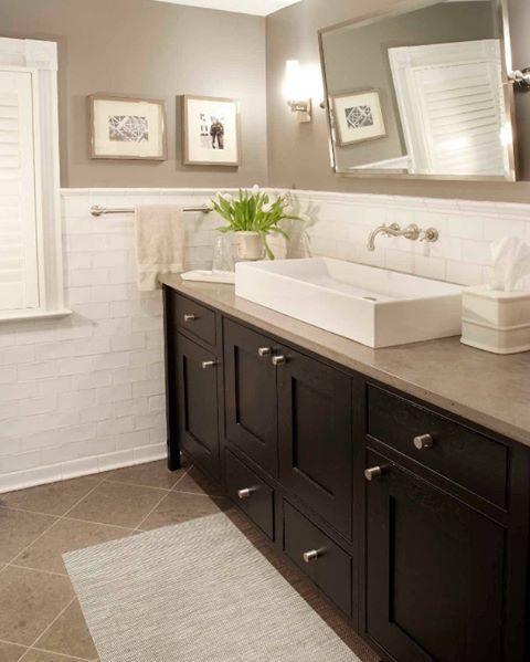 Bol bol dolap ile birleştirilmiş, büyük ve fonksiyonel bir banyo dekorasyonu  #dekorasyon #banyo