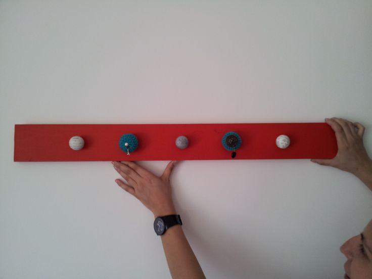 Perchero de madera rojo con 5 perchas diseñadas y hechas a mano, sin duda un producto único y original para el recibidor de este ecléctico departamento · www.sonarte.cl ·