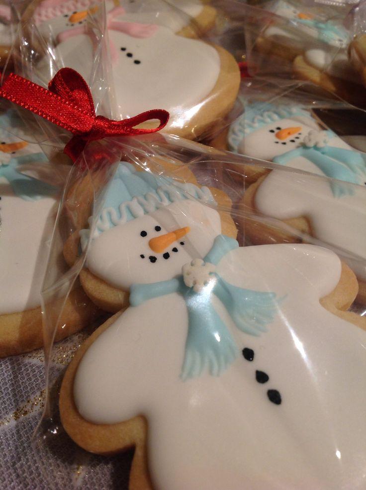 Icing snowmen cookies
