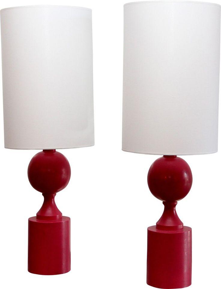 <p>Paire de lampes en bois laqué rose éditée par Barbier Frères dans les années 70. Structure en bois laqué rose d'origine et abat-jour refait à neuf à l'identique. Estampillée. Bon état de conservation.</p>