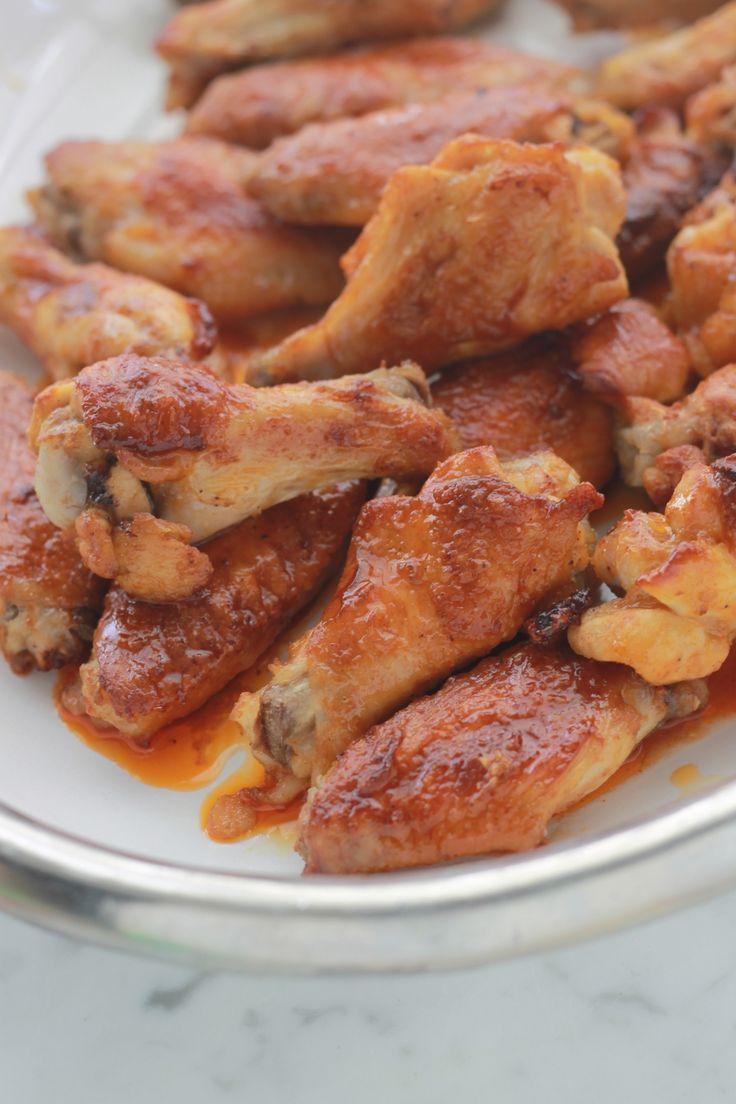 Ailes de poulet sauce buffalo, un plat succulent, super facile : des ailes de poulet marinées dans une sauce et grillées au four. Délucieux en entrée et en plat principal. / cuisineculinaire.com