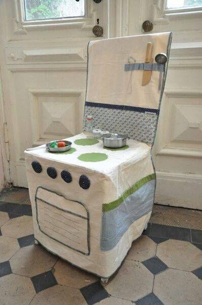 une cuisine avec une housse de chaise