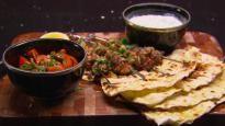 Brochettes de poulet à la grecque accompagnées de pain pita au yogourt et de tzatziki