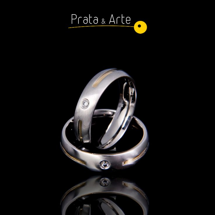 Aliança de aço com ouro fosca com zircônia fina.    http://www.prataearte.com.br/products.php?product=ALIAN%C3%87A-A%C3%87O-COM-OURO-FOSCA-COM-ZIRCONIA-FINA-%28unidade%29-LAN%C3%87AMENTO