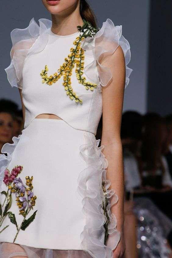 """Il minidress bianco o """" l'abito corto"""" dell'estate ritorna immancabilmente di moda con l'arrivo del caldo ed essendo un capo must have nel…"""